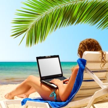 laptop_travel_onbeach