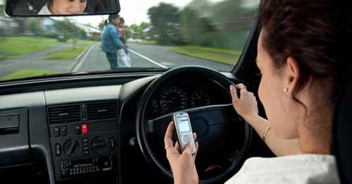 bad-driver-texting-auto-car-fb-